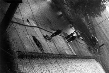 1980_Demonstratie_Dodewaard_12a-ME-op-pontonbrugt