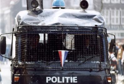 1980_Kroning-Beatrix_Amsterdam_11-ME-politie-bus-komt-aanrijdent