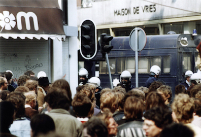 1980_Kroning-Beatrix_Amsterdam_20-Demonstranten-ME-en-politiebus