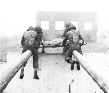1981_Militaire-Dienst_Hollandsche_Rading_Stormbaan_2_01a-Over-hindernist